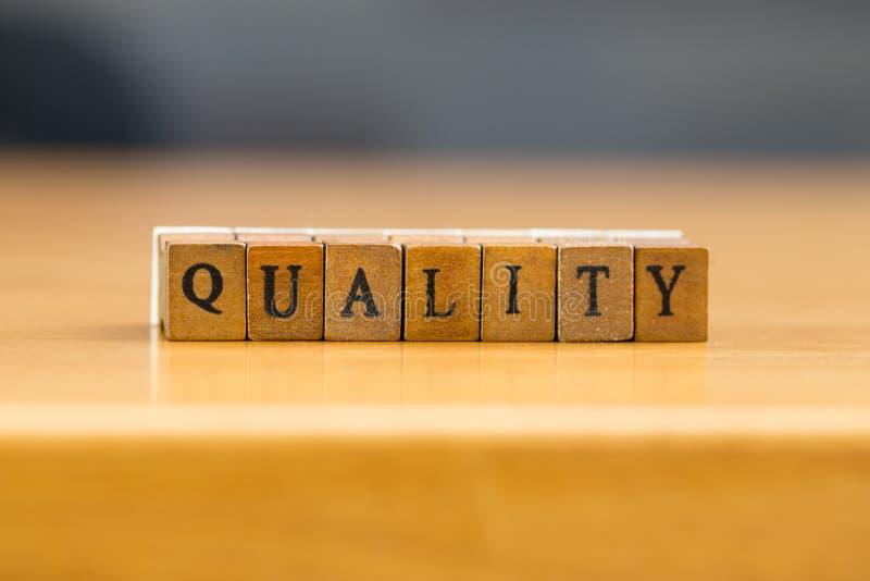 calidad palabra escrita en el bloque de madera fotografía de archivo