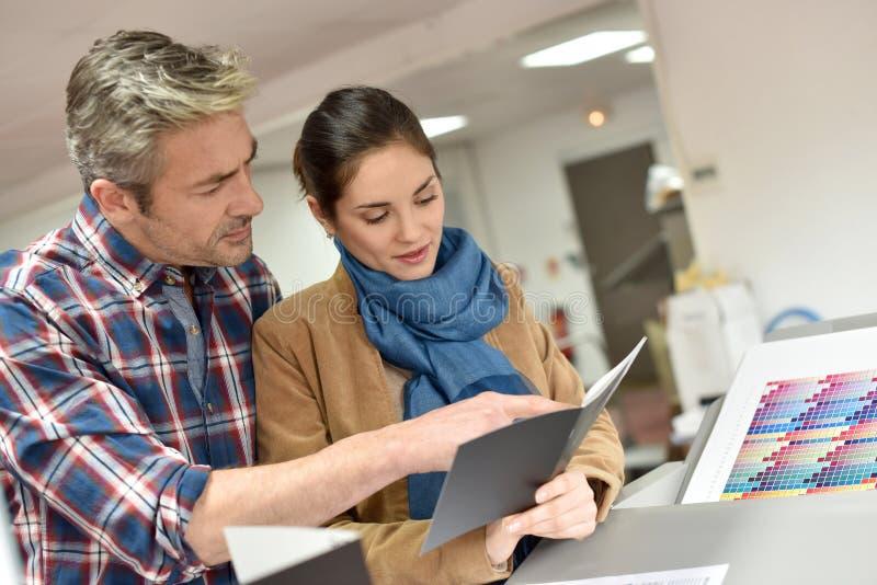 Calidad que controla del cliente y del trabajador de la impresión imagenes de archivo