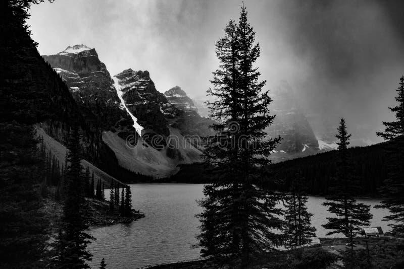 Caliente blanco y negro del lago moraine con una tormenta que viene adentro fotografía de archivo