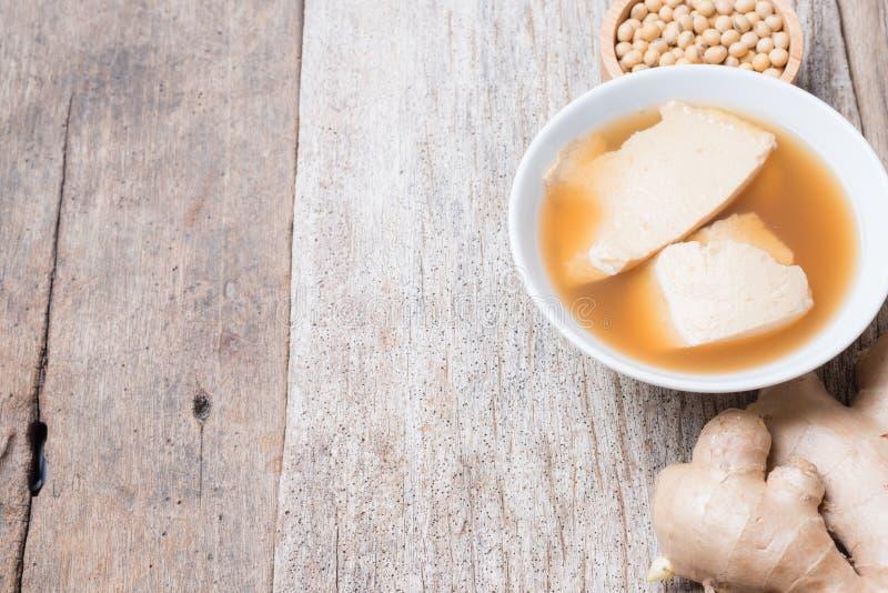 Caliente comida dulce de leche cuajada de la haba con el jarabe gingered, natillas de la soja fotos de archivo libres de regalías