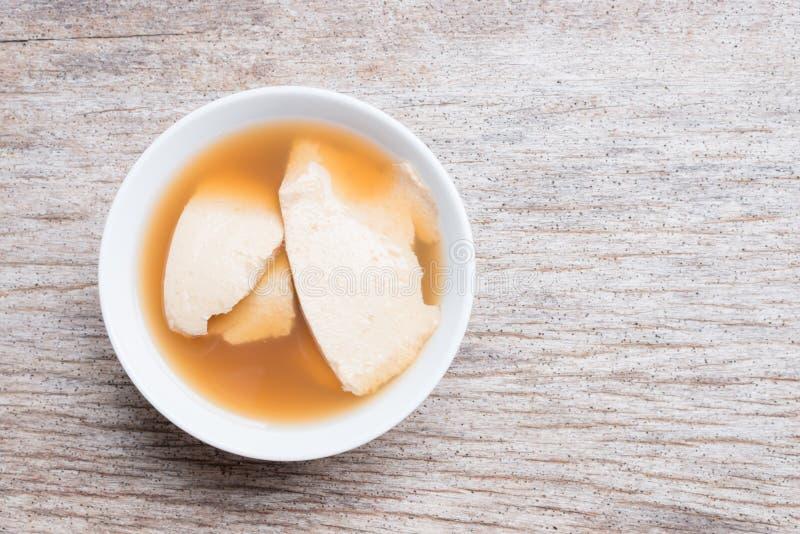 Caliente comida dulce de leche cuajada de la haba con el jarabe gingered, natillas de la soja imágenes de archivo libres de regalías