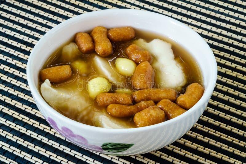 Caliente comida dulce de leche cuajada de la haba con jarabe, las nueces de Ginkgo, y mini gingered imagen de archivo libre de regalías