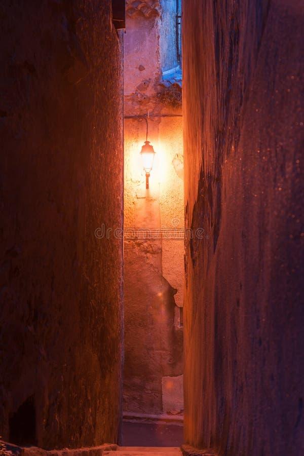 Caliente el resplandor de la sola luz de calle en el extremo de la pequeña ciudad francesa fotografía de archivo libre de regalías
