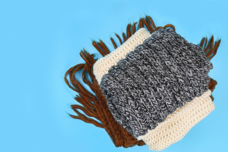 Caliente los suéteres hechos punto Pila de ropa hecha punto en fondo azul, suéteres, géneros de punto, espacio para el texto, con fotografía de archivo libre de regalías