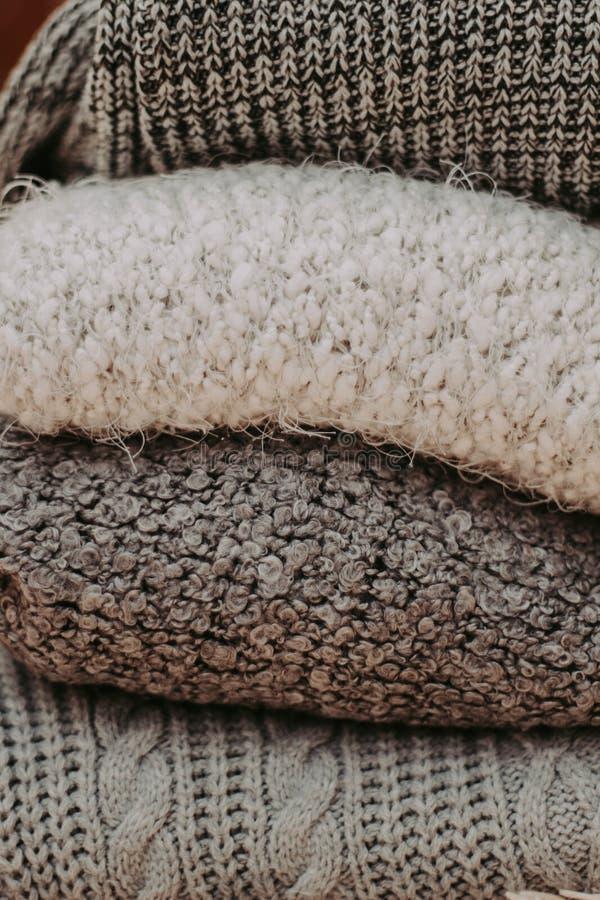 Caliente los suéteres hechos punto Pila de ropa hecha punto en fondo caliente, suéteres, géneros de punto, espacio para el texto foto de archivo libre de regalías