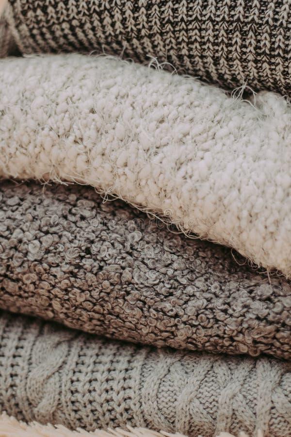 Caliente los suéteres hechos punto Pila de ropa hecha punto en fondo caliente, suéteres, géneros de punto, espacio para el texto imágenes de archivo libres de regalías