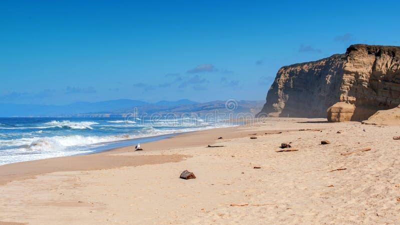 Califórnia encalha perto da cidade de Los Angeles com um céu azul claro e uma areia amarela na costa foto de stock royalty free