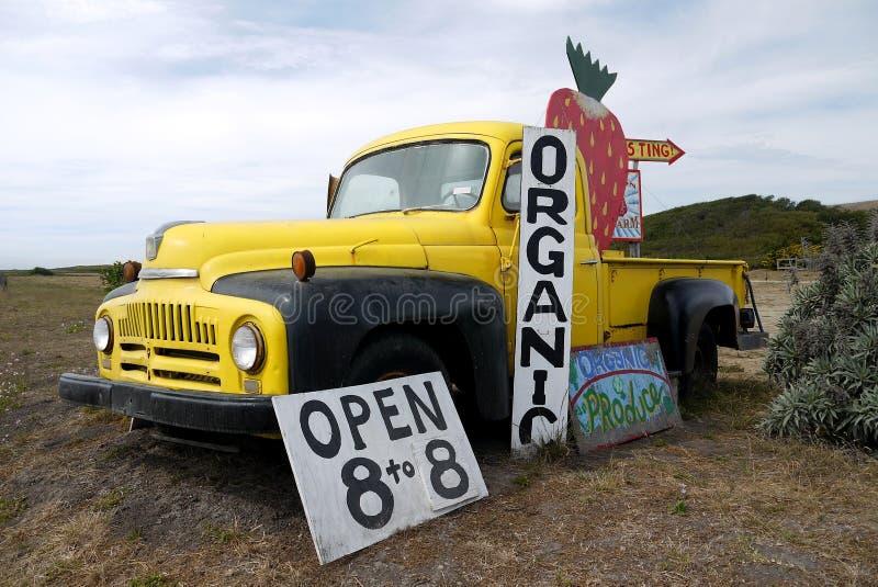 Califórnia: sinal orgânico do caminhão do suporte da exploração agrícola da morango imagem de stock royalty free