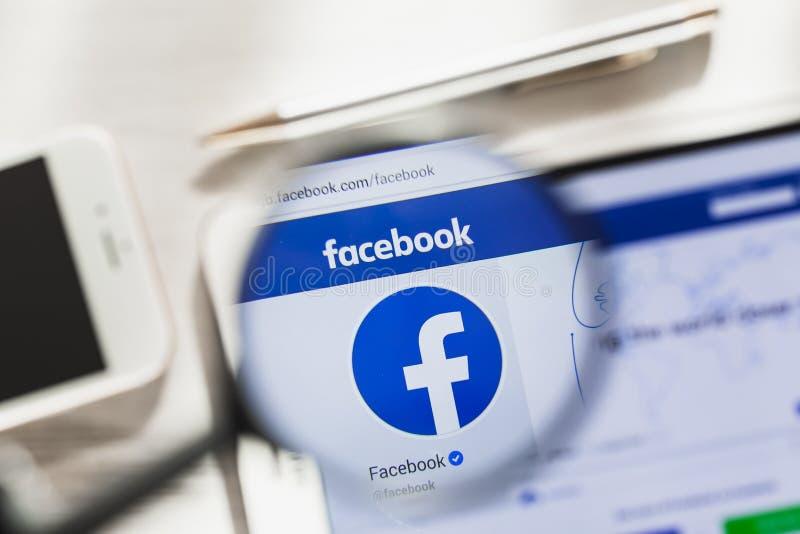 Californië, de V.S. - 7 Maart 2019: Facebook, de sociale homepage van de netwerk officiële website onder vergrootglas Concept stock foto's