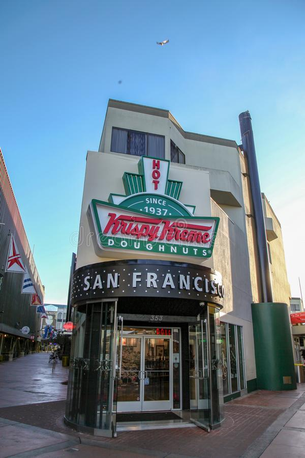CALIFORNIA, LOS E.E.U.U.: Diciembre 12,2018: La tienda de Krispy Kreme en San Francisco California se abri? desde 1937 cerca de l imagen de archivo
