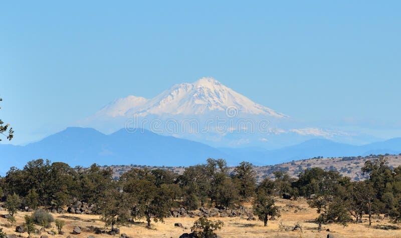 California: 75 millas hasta el Monte Shasta fotografía de archivo libre de regalías
