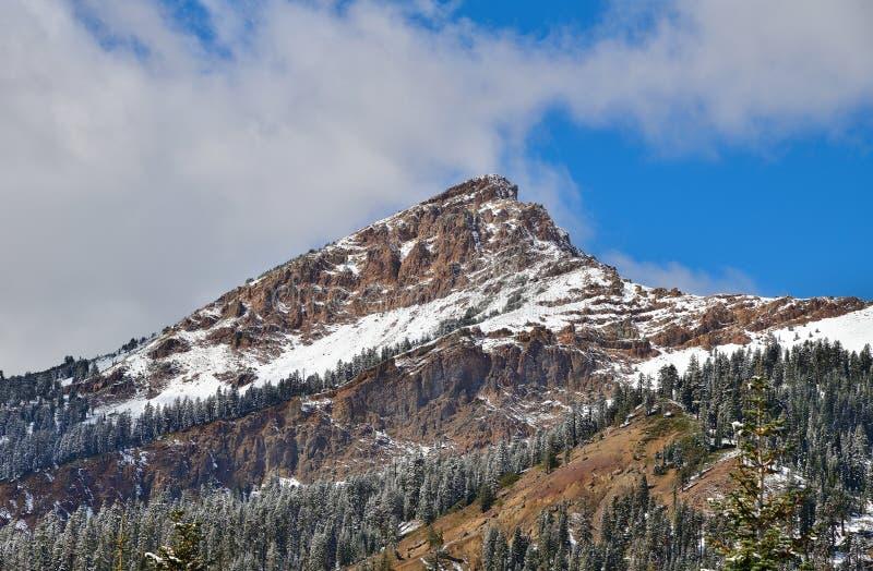 California, Parque Nacional Volcánico de Lassen: Montaña de desprendimiento cubierta de nieve imágenes de archivo libres de regalías