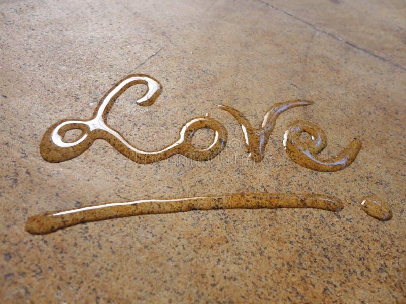 Caligrafía espontánea de la escritura del agua del amor imagenes de archivo