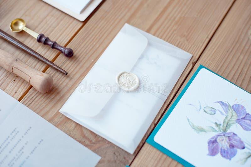 Caligrafia e decoração do casamento Convites do casamento, envelope, laço, cartões foto de stock