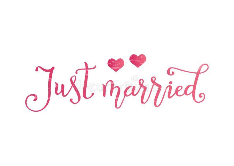Caligrafia moderna de apenas casado no rosa decorado com dois corações e texturas cor-de-rosa no fundo branco ilustração stock