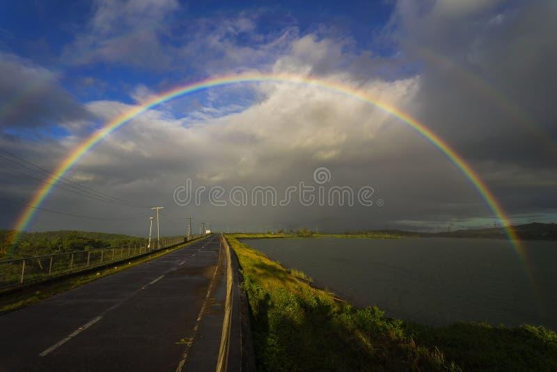Caliraya See paart Regenbogen stockbilder