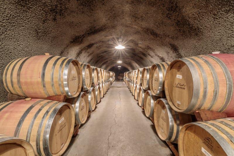 Calistoga, la Californie - 27 avril 2019 : Entreposage en tonneau dans la cave souterraine en Castello di Amorosa photos stock