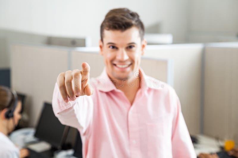 Call-Center-Angestellter, der auf Sie zeigt lizenzfreie stockfotos
