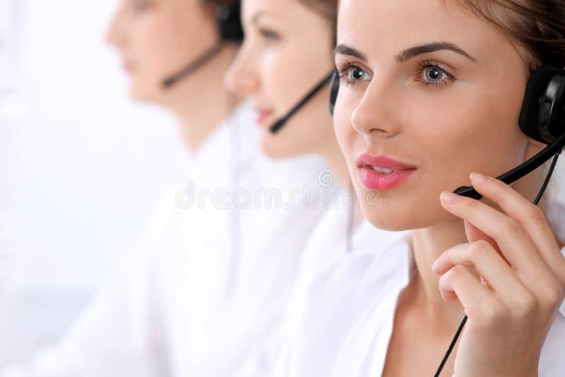 Call center Fuoco sulla bella donna in cuffia avricolare fotografie stock libere da diritti