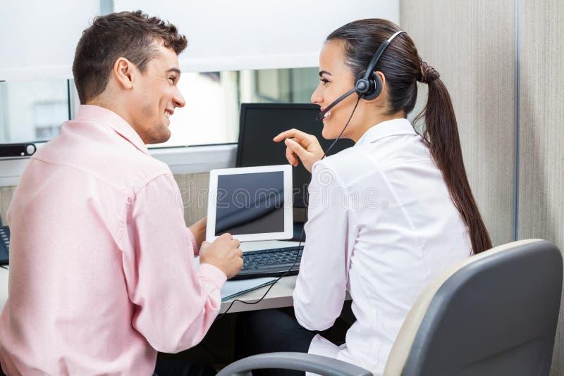 Call-Center-Vertreter unter Verwendung des Tablet-Computers stockfotografie
