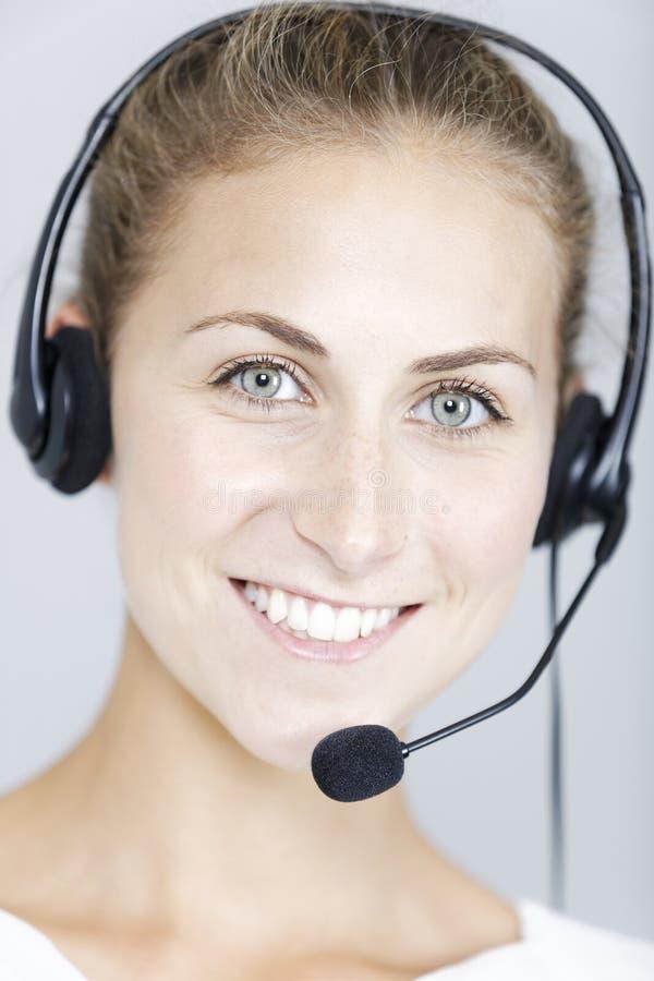 Call centerkvinna med hörlurar med mikrofon royaltyfria foton