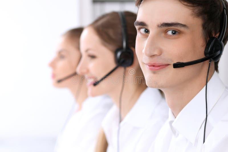 Call centre Nadruk op een mens in hoofdtelefoon royalty-vrije stock foto