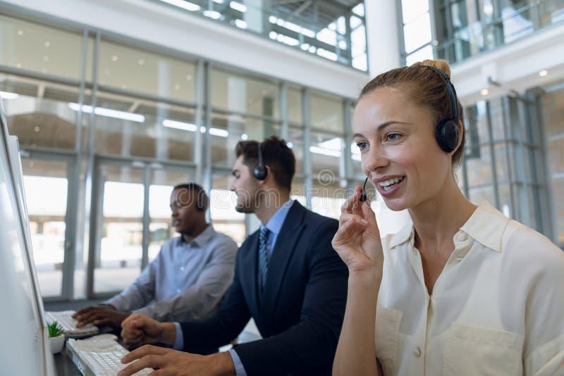 Call centreagenten die in open planbureau werken royalty-vrije stock afbeelding
