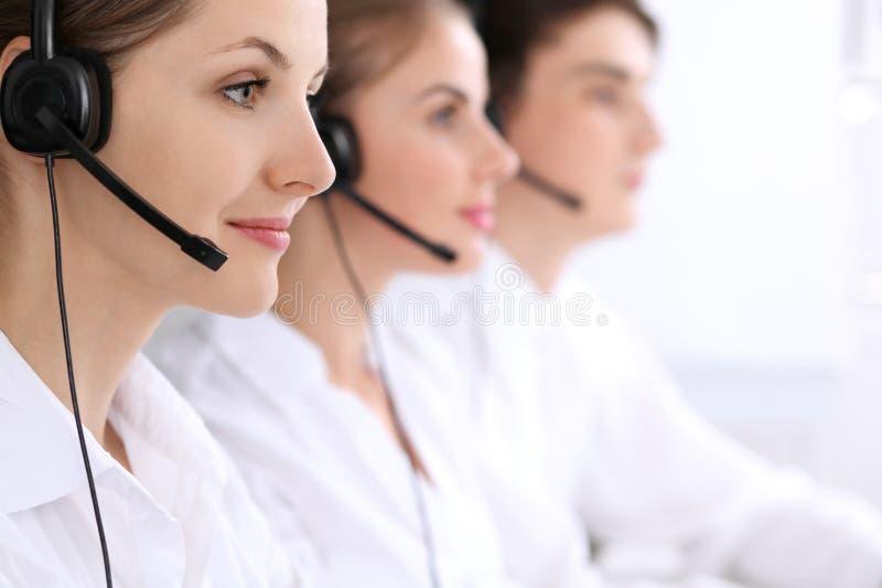 Call centreexploitanten Nadruk bij mooie vrouw in hoofdtelefoon royalty-vrije stock afbeelding