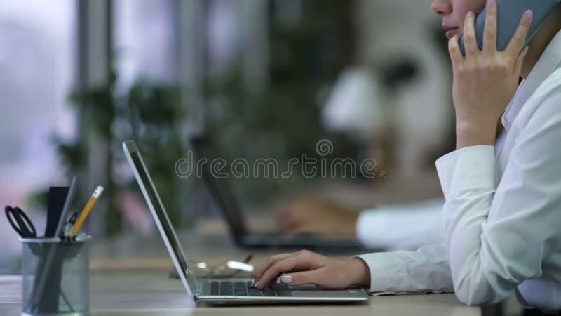 Call centrewerknemer die telefoongesprek met cliënt hebben, die aan laptop werken royalty-vrije stock fotografie