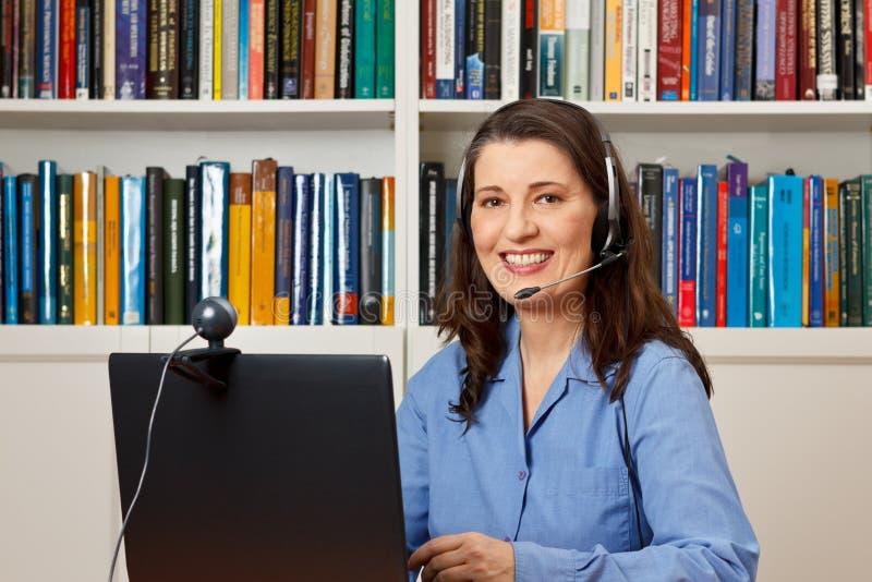 Callcenter do serviço de informações da linha de apoio ao cliente do escritório da mulher imagens de stock