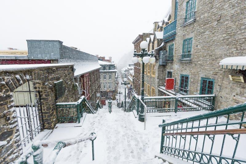Calle abandonada en la ciudad de Quebec Champlain foto de archivo