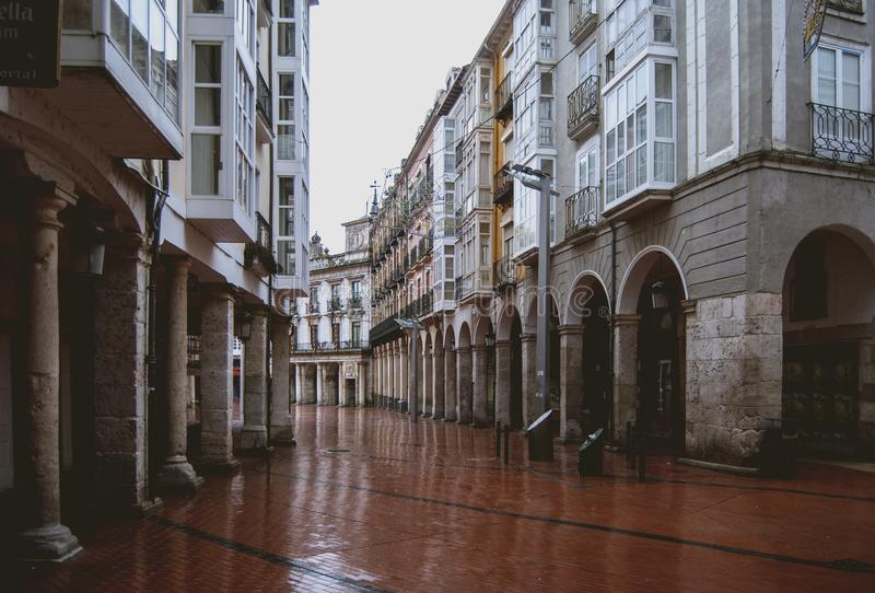 Calle abandonada por la lluvia foto de archivo