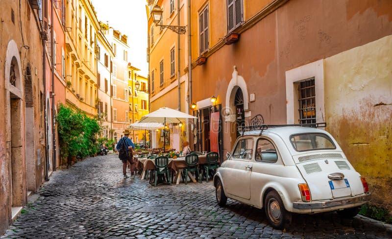 Calle acogedora en Trastevere, Roma, Europa imagen de archivo libre de regalías