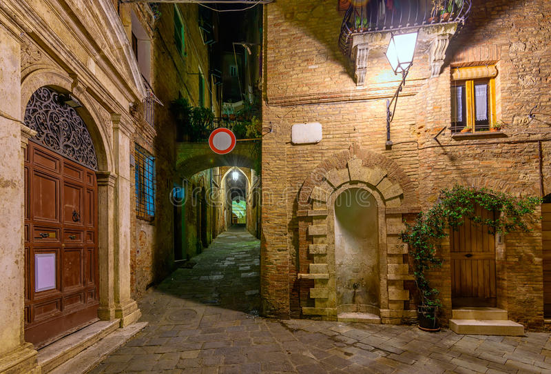 Calle acogedora estrecha medieval en Siena, Toscana fotos de archivo libres de regalías