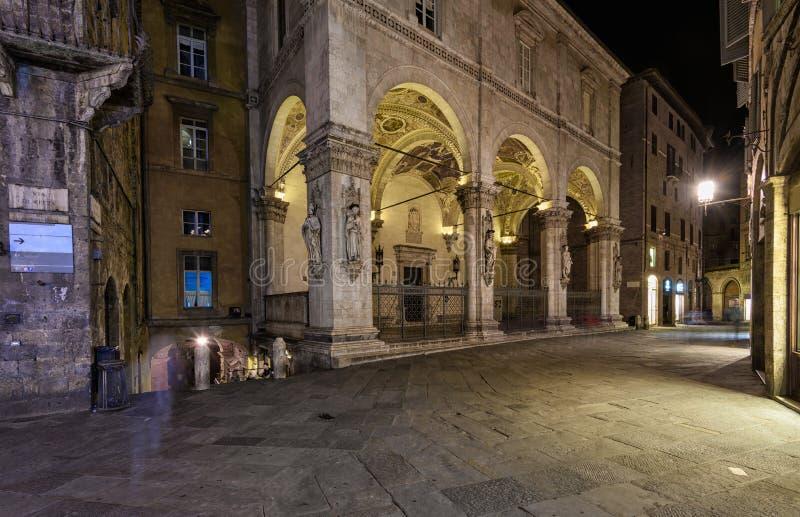 Calle acogedora estrecha medieval vía di Citta con el della Mercanzia de la logia en Siena fotos de archivo libres de regalías