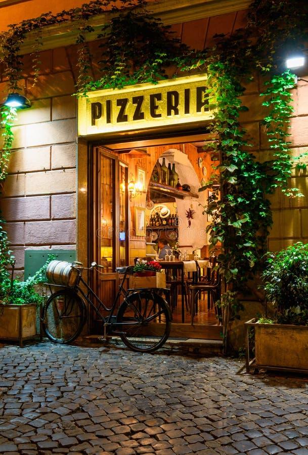 Calle acogedora vieja en la noche en Trastevere, Roma fotografía de archivo libre de regalías
