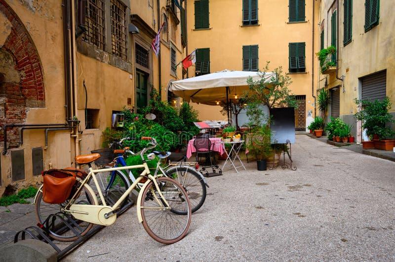 Calle acogedora vieja en Lucca fotos de archivo libres de regalías