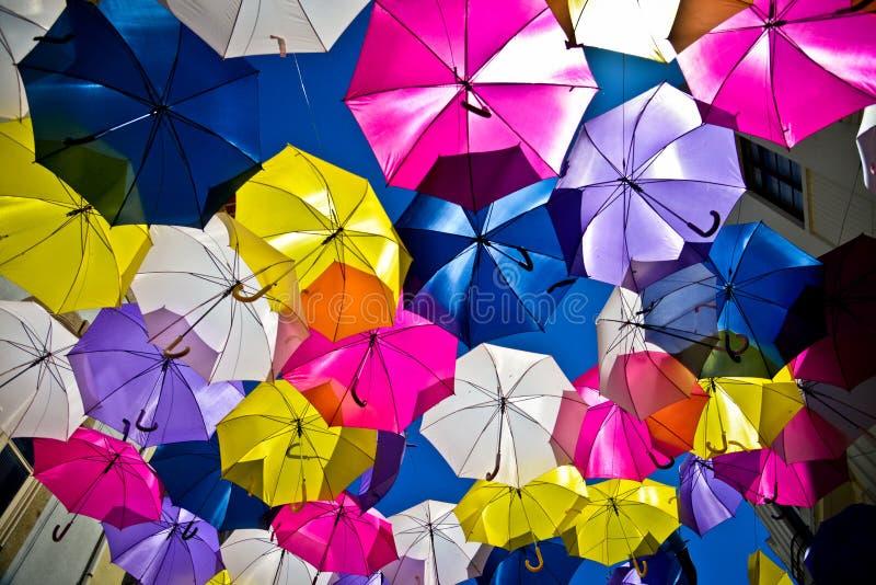 Calle adornada con los paraguas coloreados, Agueda, Portugal imagen de archivo