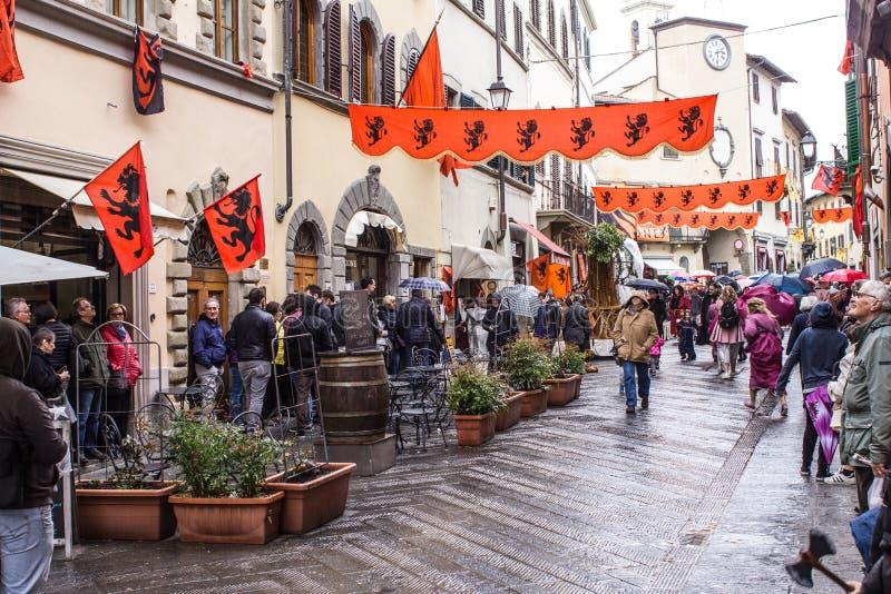 Calle adornada en calle de una ciudad foto de archivo libre de regalías