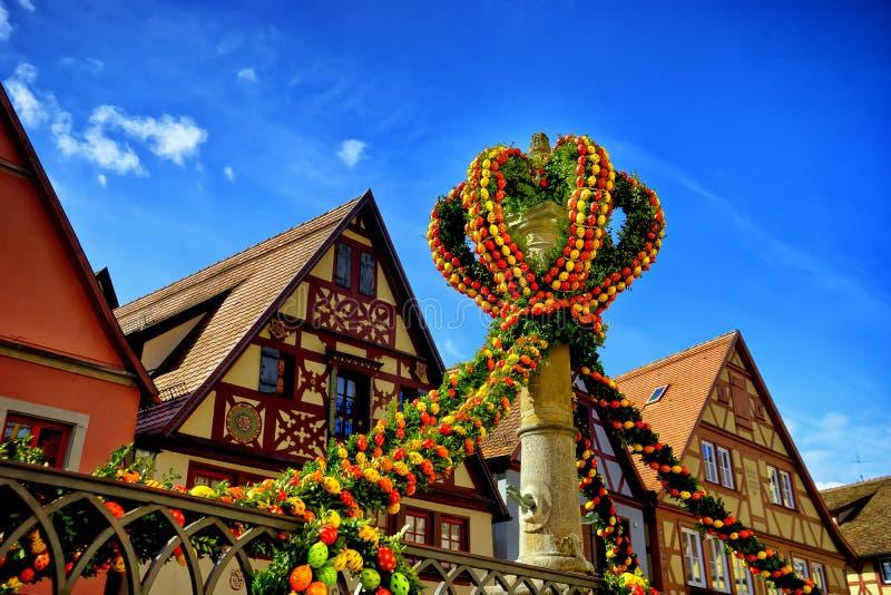 Calle adornada para pascua en tauber del der del ob del rothenburg imagen de archivo libre de regalías