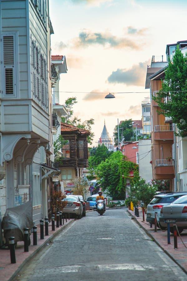 Calle agradable en el distrito de Beyoglu con la vista de la torre de Galata fotos de archivo libres de regalías