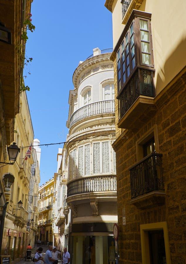 Calle andaluz t?pica Calle de Calle Barrie C?diz, Espa?a imagenes de archivo