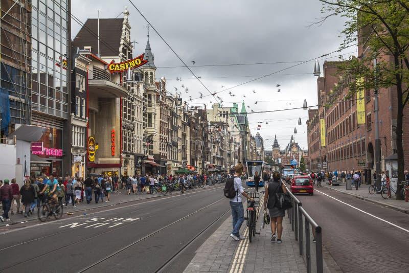 Calle animada en el centro de Amsterdam imagen de archivo libre de regalías