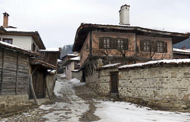 Calle antigua con las casas antiguas foto de archivo