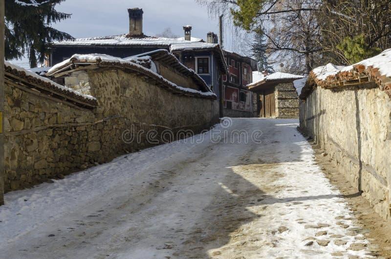 Calle antigua con las casas antiguas de la belleza, ciudad Koprivshtitsa del guijarro fotografía de archivo libre de regalías