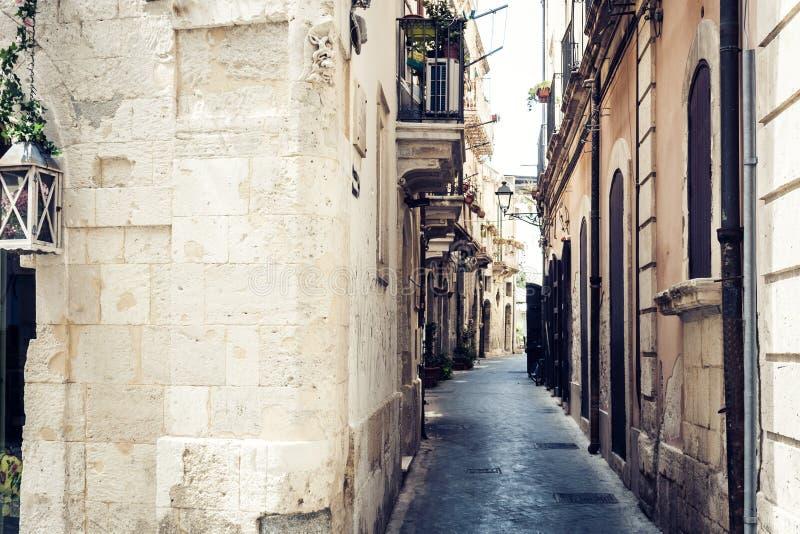 Calle antigua con las casas viejas en la isla de Ortygia, Syracuse Siracusa, Sicilia imagenes de archivo