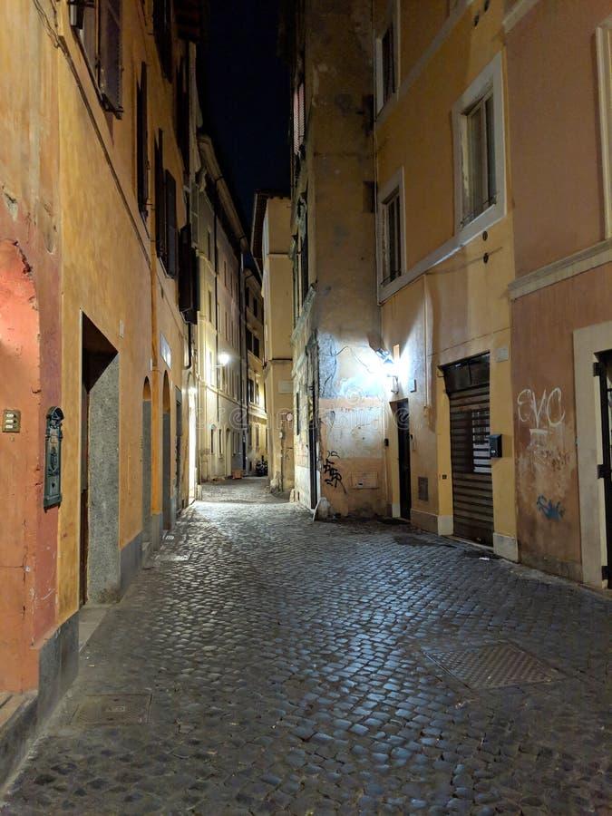 Calle antigua en Roma en la noche imagen de archivo