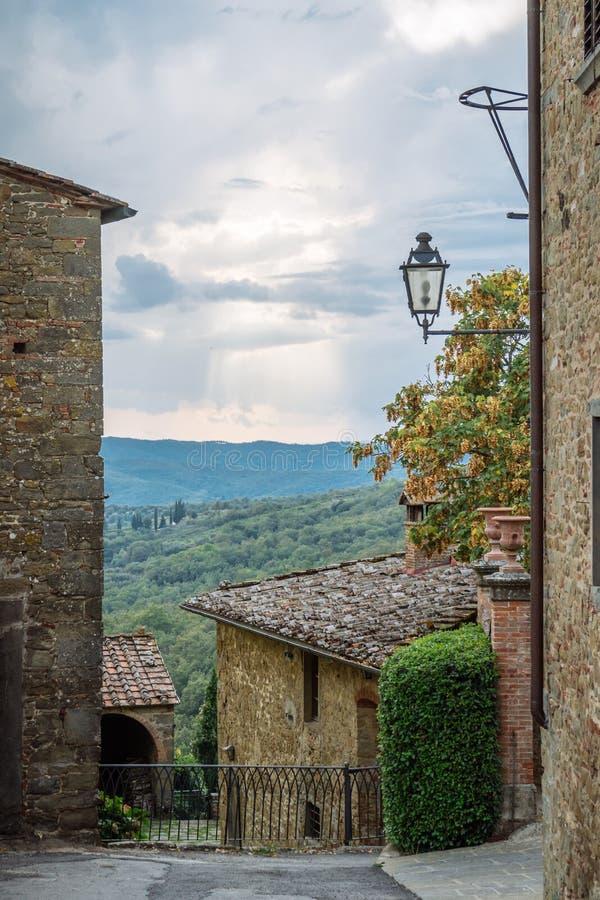 Calle antigua un pequeño pueblo del origen medieval Volpaia, Toscana, Italia fotografía de archivo