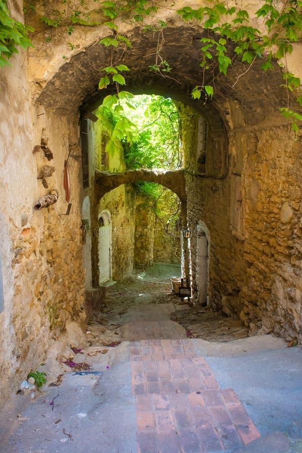 Calle arqueada medieval en un pueblo de montaña medieval italiano, Liguria fotografía de archivo libre de regalías