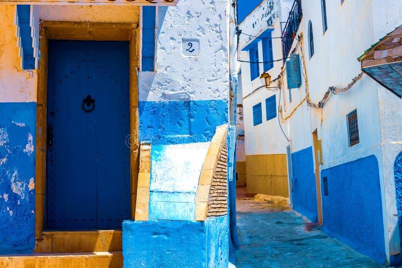Calle azul y blanca en el DES Oudaias de Kasbah en Rabat Marruecos fotografía de archivo libre de regalías